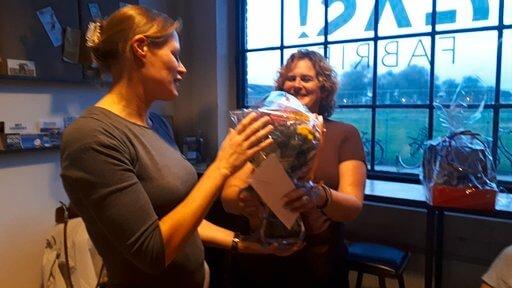 Sandra Pannekeet krijgt een bos bloemen
